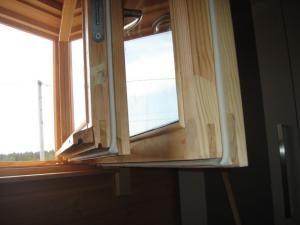 Заделка щелей в окнах на зиму