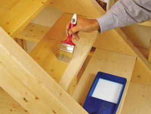 Правильная покраска деревянной лестницы